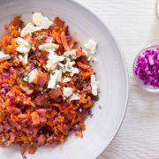 salteado de col morada, quinoa y bacon